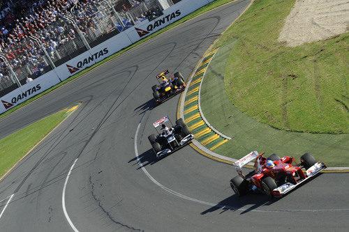 Fernando Alonso, Pastor Maldonado y Mark Webber juntos en la pista
