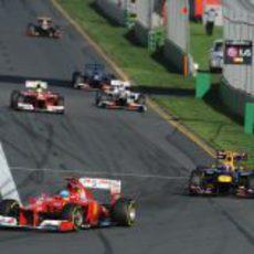 Fernando Alonso contra Mark Webber en la primera curva de Albert Park