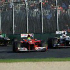 Felipe Massa se protege de Kamui Kobayashi en Australia 2012