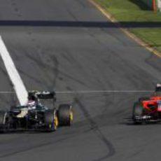 Vitaly Petrov adelanta a Timo Glock en la primera curva de Albert Park
