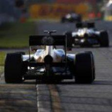Vitaly Petrov persigue a Heikki Kovalainen sobre el asfalto de Albert Park