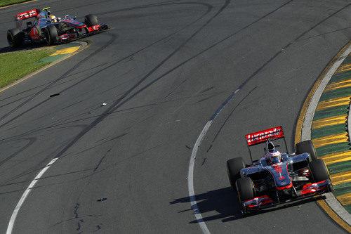 Jenson Button perseguido por Lewis Hamilton en el circuito de Albert Park