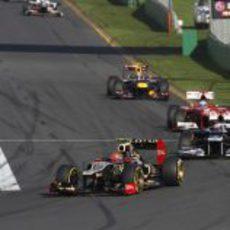 Romain Grosjean perseguido por varios monoplazas