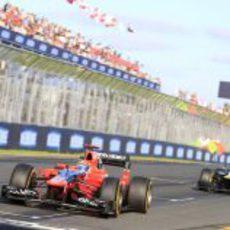 Timo Glock rueda por delante de un Caterham