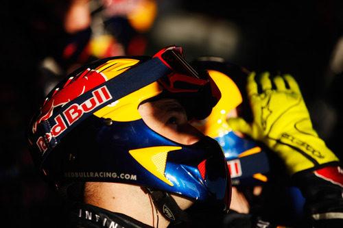 Un mecánico de Red Bull siguiendo la carrera desde el box