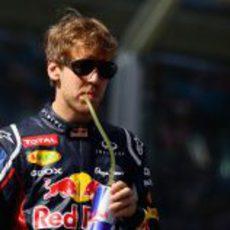 Sebastian Vettel se hidrata antes de la carrera