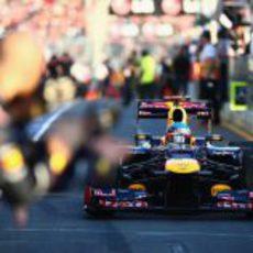 Sebastian Vettel rueda por el pit-lane