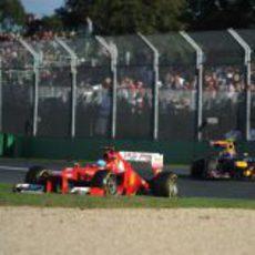 Fernando Alonso rueda por delante de Mark Webber