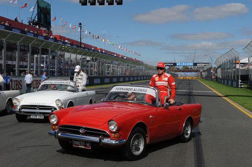Fernando Alonso subido a un clásico para el drivers parade