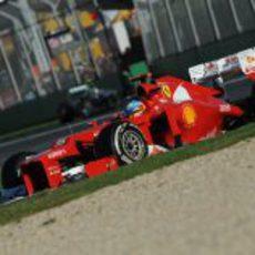 Fernando Alonso toma una curva en el circuito de Albert Park