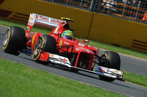 Felipe Massa toma una curva en el circuito de Albert Park