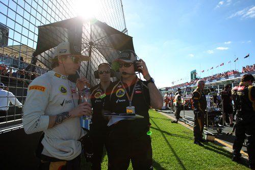 Kimi Räikkönen habla con su ingeniero
