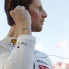 Romain Grosjean se prepara para ponerse el casco