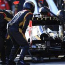 El equipo Lotus realiza un pit-stop