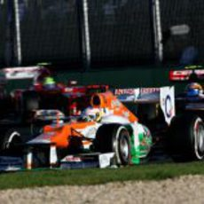 Paul di Resta rueda delante de un Toro Rosso y un Ferrari