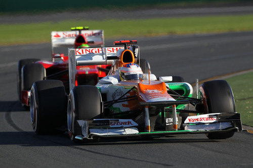 Paul di Resta rueda por delante de Felipe Massa