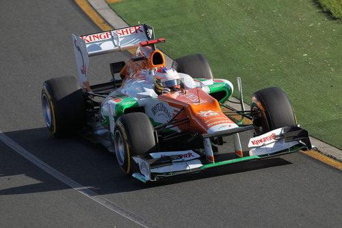 Paul di Resta toma una curva en el circuito de Melbourne