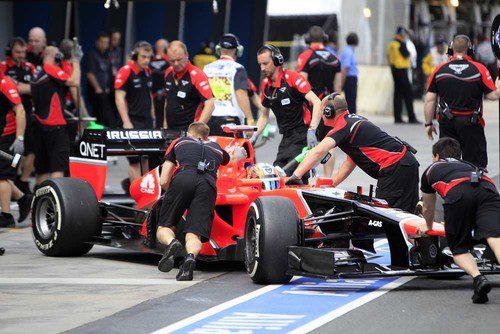 Los mecánicos recogen el coche de Timo Glock