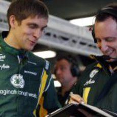 Vitaly Petrov habla con su ingeniero Gianluca Pisanello