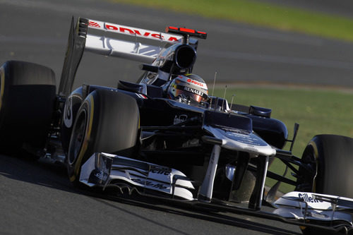 Pastor Maldonado toma una curva en el circuito de Albert Park