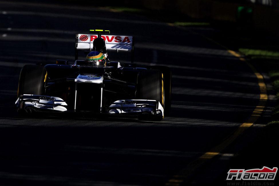 Bruno Senna entre la sombra de los árboles de Albert Park