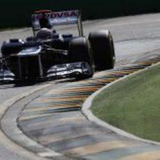 Pastor Maldonado encara una curva en Melbourne