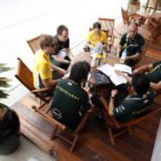 Heikki Kovalainen reunido con sus ingenieros en el GP de Malasia 2012