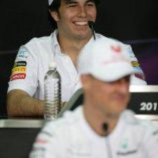 Sergio Pérez se rie en la rueda de prensa de la FIA