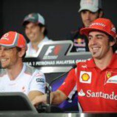 Jenson Button y Fernando Alonso en la rueda de prensa de la FIA