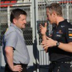 Paul Hembery habla con un mecánico de Red Bull