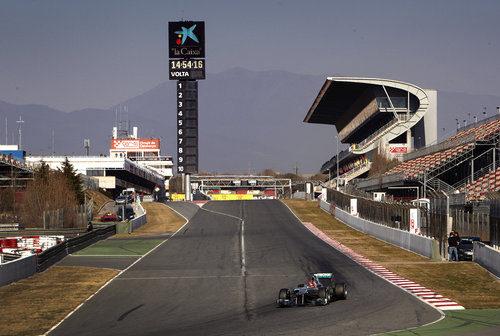 Michael Schumacher con la recta de Montmeló de fondo