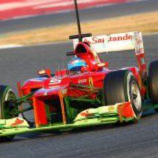 Fernando Alonso con su Ferrari lleno de parafina