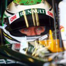 Heikki Kovalainen concentrado en su nuevo monoplaza