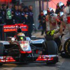 Lewis Hamilton sale a pista tras una simulación de pit-stop