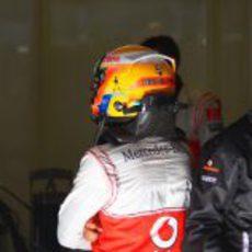 Lewis Hamilton de espaldas en el box de McLaren