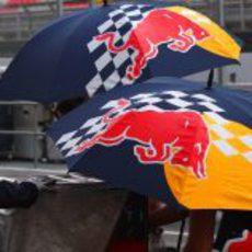 Red Bull tapa su monoplaza con paraguas