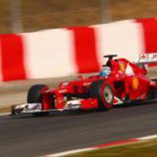 Fernando Alonso encara una curva en Montmeló