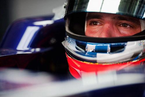 Primer plano de Vergne subido al Toro Rosso STR7