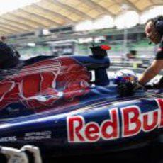 Los mecánicos entran a Daniel Ricciardo al box