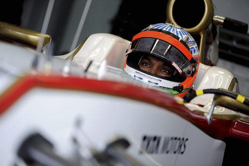Narain Karthikeyan subido en el F112 espera para salir a pista