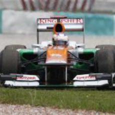 Paul di Resta hace una excursión por la hierba en el GP de Malasia 2012