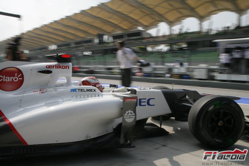 Kamui Kobayashi abandona el garaje y sale a pista