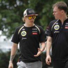Kimi Räikkönen charla con un miembro del equipo Lotus