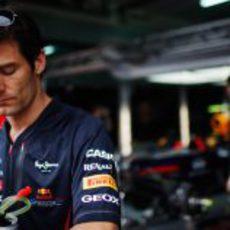 Mark Webber sale andando de su box en Sepang