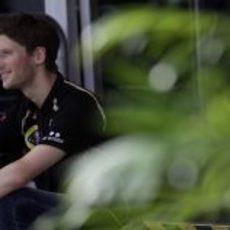 Romain Grosjean sentado a la entrada del motorhome