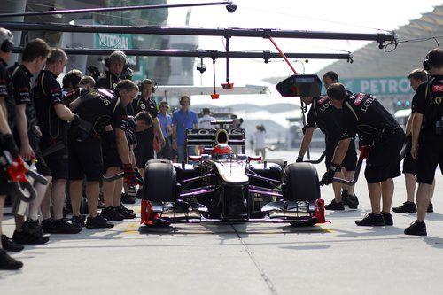 Romain Grosjean practica un pit-stop durante los libres