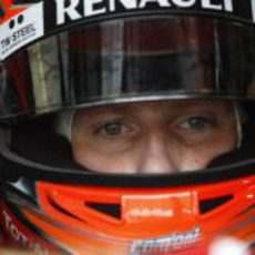Romain Grosjean mira fijamente a la camara