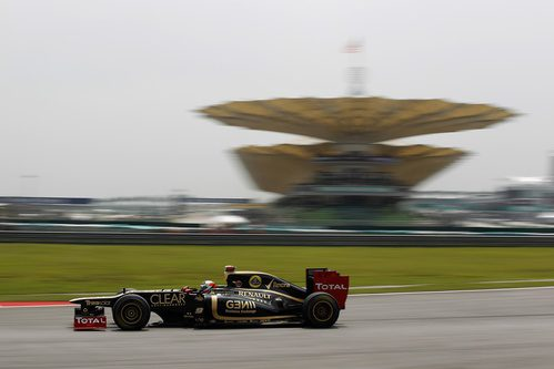 Räikkönen rueda a toda velocidad en una curva de Sepang