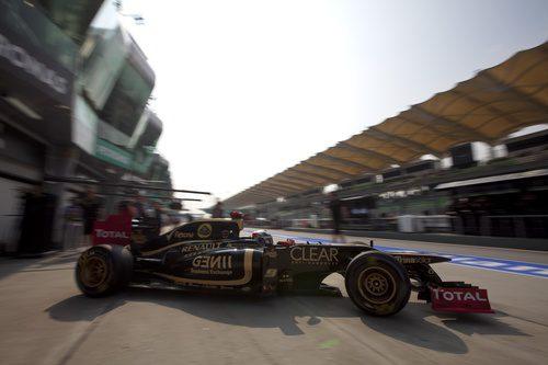 Kimi Räikkönen sale de boxes en el circuito de Sepang