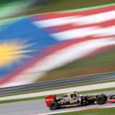 Räikkönen rueda con la bandera de Malasia de fondo